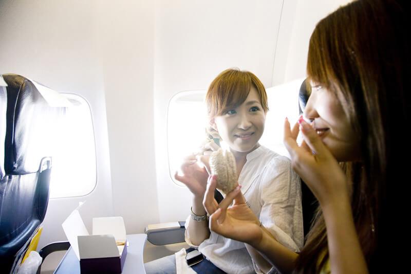 長時間フライトを快適に!海外旅行の機内に欲しいグッズ16選