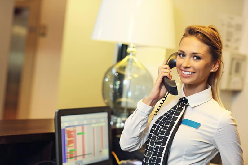 海外ホテル滞在中に英語で電話がきた… どう対応する?