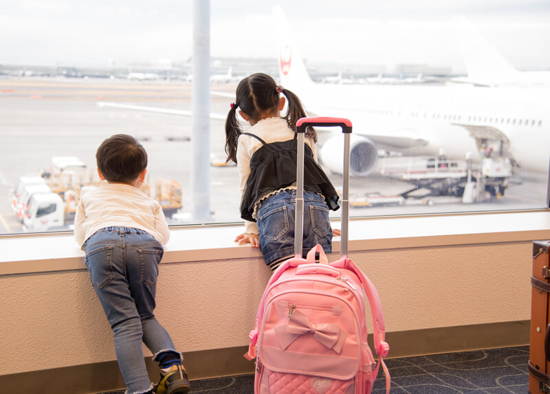 子供と一緒に海外へ! 飛行機に乗る前にどんな準備が必要?