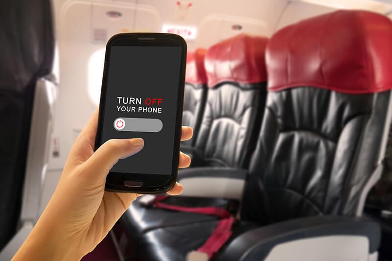 飛行機内で電子機器を使うと、具体的にはどのような弊害があるの?