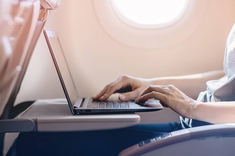 空の上でも電子機器が使える!飛行機内のWiFiが便利
